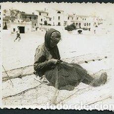 Fotografía antigua: TOSSA DE MAR. ANCIANA EN LA PLAYA REPARANDO LAS REDES DE PESCAR. FOTO ANTROPOLÓGICA. JULIO 1950. Lote 67831549