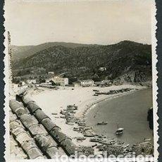 Fotografía antigua: TOSSA DE MAR. COSTA BRAVA. PLAYA ANTES DEL BOOM URBANÍSTICO. PUEBLO PESQUERO. 7 JULIO 1950. Lote 67832185