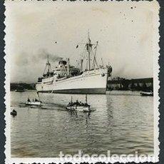 Fotografía antigua: BARCELONA. PUERTO. GRAN BUQUE ITALIANO PAOLO TOSCANELLI ENTRANDO AL PUERTO. AGOSTO 1950. Lote 67833589