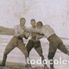 Fotografía antigua: GUERRA DE MARRUECOS. BOXEO. SOLDADOS ESPAÑOLES BOXEANDO EN LA PLAYA. NORTE DE ÁFRICA. C. 1915. Lote 68029133
