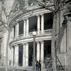 Fotografía antigua: BARCELONA. TEATRO COLISEUM. GRAN VÍA. OPERADORES CAMBIANDO LOS CARTELES. C. 1929. Lote 68721957