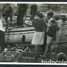 Fotografía antigua: L'ESCALA. LLEGADA DE LOS PESCADORES CON SU BOTÍN. MUJERES Y NIÑOS MUY ATENTOS. C. 1950. Lote 68861813