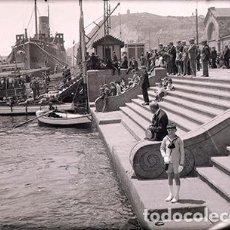 Fotografía antigua: PUERTO DE BARCELONA. EXPECTACIÓN ANTE LA LLEGADA DE GOLONDRINAS. C. 1934. NEGATIVO. Lote 68870933