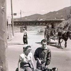 Fotografía antigua: MOTOCICLISMO. PAREJA DE MOTORISTAS EN PARADERO RURAL. CARRO TIRADO POR MULO. AÑOS 50. NEGATIVO. Lote 69112697
