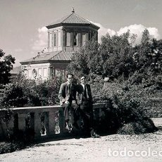 Fotografía antigua: BARCELONA. MONTJUÏC. DOS CHICOS EN LOS JARDINES Y PALACETES DE MONTJUÏC. . Lote 69480657