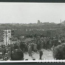 Fotografía antigua: BARCELONA. FCB. BARÇA. ACTO DE PONER LA PRIMERA PIEDRA DEL CAMP NOU. PHILIPS. MARZO 1954. Lote 69595773