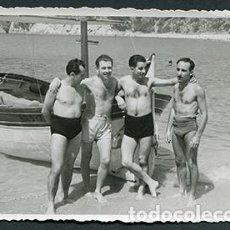 Fotografía antigua: CALA CANYELLES. LLORET. COSTA BRAVA. CUATRO HOMBRETONES ANTE UNA BARCA. JULIO 1955. Lote 69598589