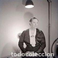Fotografía antigua: ELEGANTE SEÑORA. SESIÓN FOTOGRÁFICA. PRUEBAS DE LUZ. BARCELONA. 12 ABRIL 1951. Lote 69825413