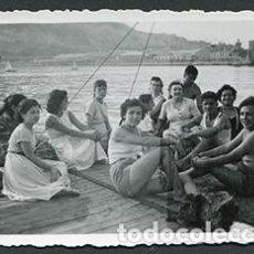 Fotografía antigua: BARCELONA. VIVERO DE MEJILLONES. GRUPO DISFRUTANDO DEL VERANO. JULIOL 1954. Lote 69914749