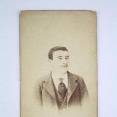 Fotografía antigua: FOTOGRAFÍA SOBRE CARTÓN - RETRATO DE HOMBRE - VDA. E HIJOS DE FERNÁNDEZ, VALLADOLID. AÑO 1901. Lote 70070077