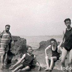 Fotografía antigua: HOMBRES EN BAÑADOR EN LAS ROCAS DE LA PLAYA. LUGAR SIN IDENTIFICAR. AÑOS 20. Lote 70316961