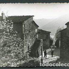 Fotografía antigua: LA PINYA. OLOT. AMBIENTE RURAL. CASAS DE PIEDRA Y CAMPESINOS. ABRIL DE 1957. Lote 70441045