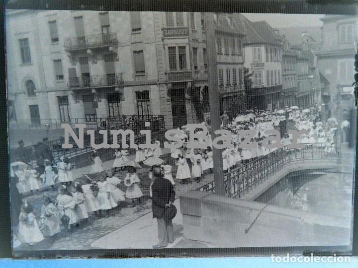 NEGATIVO PLACA CRISTAL - GELATINO-BROMURO DE ARGENTA - 9 X 12 CM.- AÑO 1910 - DESFILE DE NIÑAS (Fotografía Antigua - Gelatinobromuro)