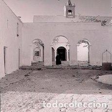 Fotografía antigua: IBIZA. EIVISSA. IGLESIA DE SANT MIQUEL DE BALANSAT. IBICENCA TRADICIONAL SALIENDO POR LA PUERTA 1963. Lote 72298387