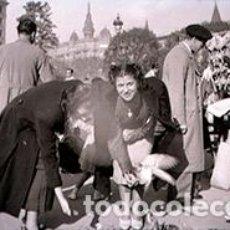 Fotografía antigua: BARCELONA. PLAZA CATALUÑA. TENDERETES Y SEÑORITAS DANDO DE COMER A LAS PALOMAS. C. 1950. Lote 72450119