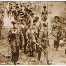Fotografía antigua: PIORTIZ. COLUMNA DE MINEROS ASTURIANOS DETENIDOS TRAS LA REVOLUCIÓN DE OCTUBRE. 1934. ASTURIAS.. Lote 73699895