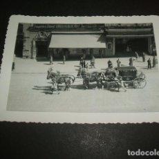 Fotografía antigua: MADRID CARROZA EN LA GRAN VIA FOTOGRAFIA AÑOS 40. Lote 254436915