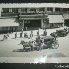 Fotografía antigua: MADRID CARROZA EN LA GRAN VIA FOTOGRAFIA AÑOS 40. Lote 254437060