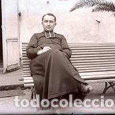 Fotografía antigua: CURA SENTADO EN UN BANCO. C. 1910. Lote 75693719