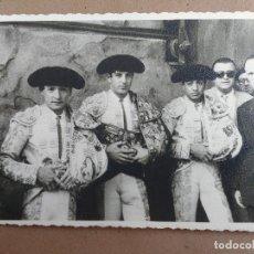Fotografía antigua: FOTOGRAFO MARIN CHIVITE, ZARAGOZA. ANTONIO ORDOÑEZ Y DOS TOREROS DE LA TERNA. AÑOS 50. Lote 78149481