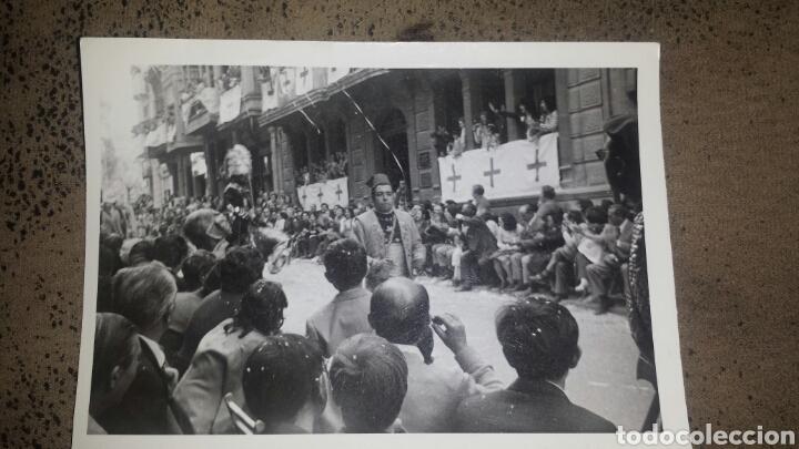 Fotografía antigua: ALCOY. MOROS Y CRISTIANOS. LA ENTRADA. AÑOS 60. 6 FOTOS - Foto 2 - 78252658