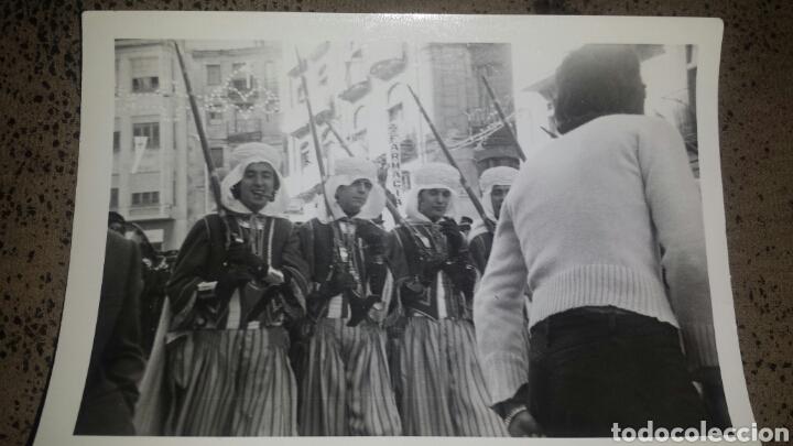 Fotografía antigua: ALCOY. MOROS Y CRISTIANOS. LA ENTRADA. AÑOS 60. 6 FOTOS - Foto 3 - 78252658
