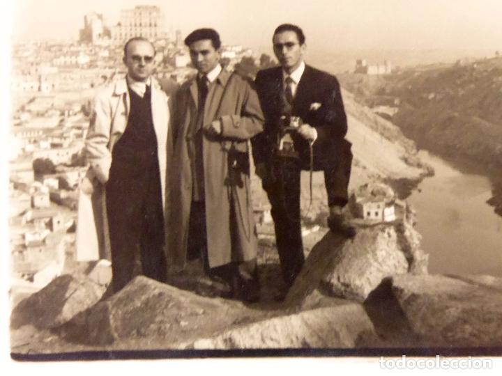 F-3089. TOLEDO. FOTO DE GRUPO CON LA CIUDAD AL FONDO. NOVIEMBRE DE 1954. (Fotografía Antigua - Gelatinobromuro)