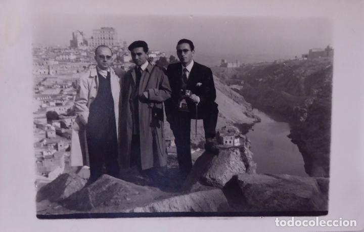 Fotografía antigua: F-3089. TOLEDO. FOTO DE GRUPO CON LA CIUDAD AL FONDO. NOVIEMBRE DE 1954. - Foto 2 - 78529353