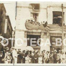 Fotografía antigua: FOTO ORIGINAL DESFILE MILITAR SOLDADOS BALCONES ENGALANADOS POSIBLEMENTE BARCELONA PRINCIPIOS S XX . Lote 79321049