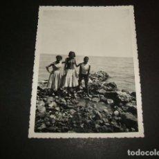 Fotografía antigua: CALPE ALICANTE MUJERES EN LA COSTA FOTOGRAFIA. Lote 81094168