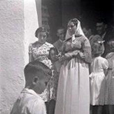 Fotografía antigua: IBIZA. GENTÍO EN LA PUERTA DE LA IGLESIA. MUJERES CON VESTIDO TRADICIONAL, HOMBRES Y NIÑOS. C. 1950. Lote 81271388