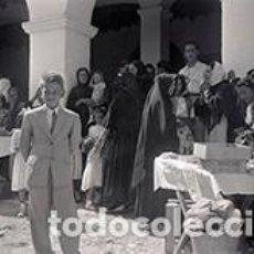 Fotografía antigua: IBIZA. FESTIVIDAD EN EL PORCHE DE LA IGLESIA. TENDERETES CON DULCES. MUJERES Y NIÑOS. C. 1950. Lote 81271800