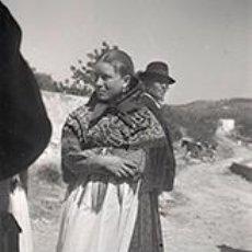 Fotografía antigua: IBIZA. EIVISSA. IBICENCA CON ATAVÍO TRADICIONAL, SEÑOR CON SOMBRERO Y CARRO DE CABALLOS. C. 1950. Lote 81274116