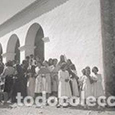 Fotografía antigua: IBIZA. FESTIVIDAD EN LA IGLESIA. GENTÍO. IBICENCAS CON ATAVÍO TRADICIONAL Y MUCHAS NIÑAS. C. 1950. Lote 81276284