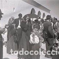 Fotografía antigua: IBIZA. GENTÍO ANTE LA IGLESIA. IBICENCA, SEÑOR FUMANDO Y NIÑO COMIENDO GOLOSINAS. C. 1950. Lote 81276692