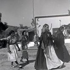 Fotografía antigua: IBIZA. IBICENCAS CON ATAVÍO TRADICIONAL Y MUCHACHAS CON BONITOS VESTIDOS PASEANDO AL SANTO. C. 1950. Lote 81278016
