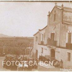 Fotografía antigua: FOTO ORIGINAL MASIA CATALUNYA VIÑEDOS GRUPO DE GENTE REUNIDA PARECE QUE CANTANDO PRINCIPIOS SIGLO XX. Lote 84627540