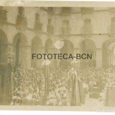 Fotografía antigua: FOTO ORIGINAL ACTO SOCIAL CULTURAL EN UNA PLAZA ORADOR PENDONES CATALUNYA AÑOS 30 - 11X8 CM. Lote 86419284