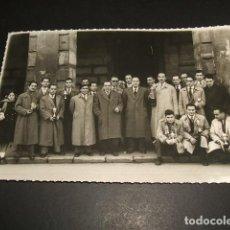 Fotografía antigua: MIRANDA DE EBRO BURGOS AÑOS 40 GRUPO EN EL AYUNTAMIENTO CON TROFEOS FAMILIA TRICIO ECHEGUREN. Lote 87566472