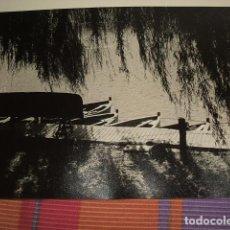 Fotografía antigua: MADRID LAGO DE LA CASA DE CAMPO FOTOGRAFIA POR VIAJERO AMERICANO AÑOS 50 23 X 30 CMTS. Lote 87646304