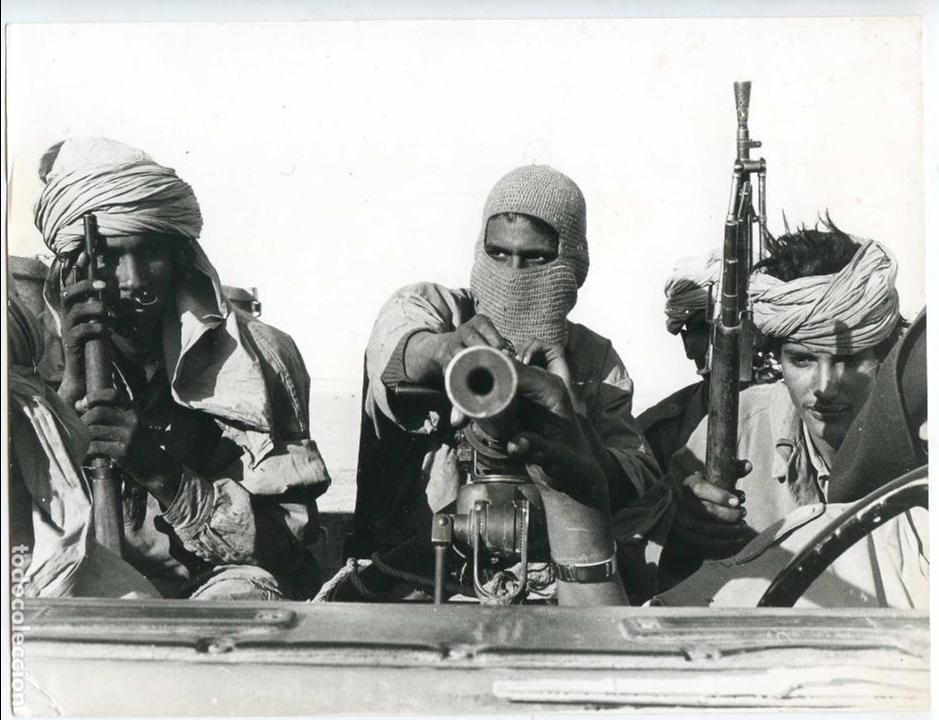 Fotografía antigua: Sahara Español, combatientes del Frente Polisario, años 70, 18x24 cms. anotación al dorso en árabe - Foto 1 - 88086256