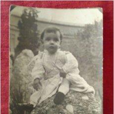 Fotografía antigua: FOTOGRAFIA ANTIGUA NIÑO EN EL JARDIN. Lote 90168184