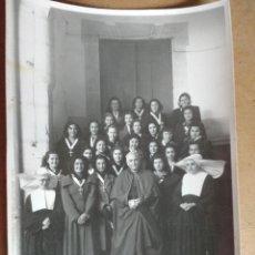 Fotografía antigua: GRUPO DE MUJERES EN UN ACTO EUCARISTICO CON EL OBISPO EN CACERES. FOTO JAVIER. Lote 206875862
