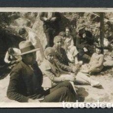 Fotografía antigua: GRUPO DE EXCURSIÓN POR L'ESPLUGA DEL FRANCOLÍ, TARRAGONA. TOCADOS AÑOS 20. 1 MAYO DE 1928. Lote 93936220