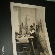 Fotografía antigua: SEVILLA TALLER DE TALLA EN MADERA FOTOGRAFIA COLECCIONES LOTY 10 X 15 CMTS. Lote 96897859