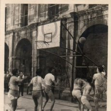 Fotografía antigua: PARTIDO DE BALONCESTO EN ASTURIAS. AÑOS 50 60. Lote 97673735