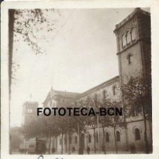 Fotografía antigua: FOTO ORIGINAL EDIFICIO UNIVERSIDAD DE BARCELONA TRANVIA AÑO 1946 - 5,5X5,5 CM. Lote 98007563
