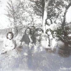 Fotografía antigua: FOTOGRAFÍA AÑOS 40. LOTE DE 29. AMIGOS EN EL CAMPO Y EN LA NIEVE. PEQUEÑO FORMATO 8,5 X 5,7 CM.. Lote 98979531