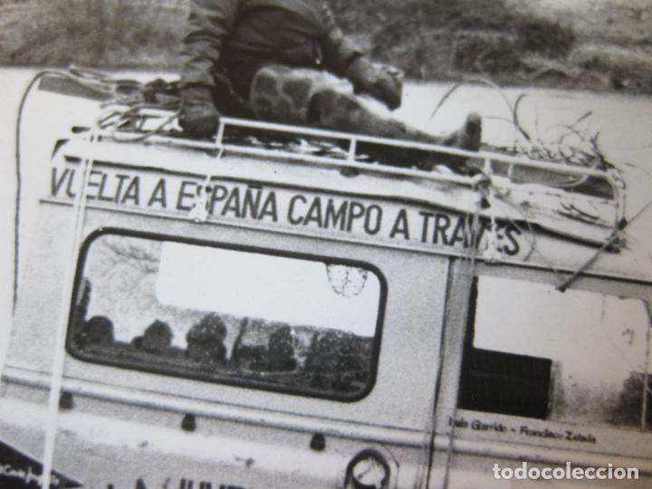 Fotografía antigua: FOTOGRAFIA DEL LAND ROVER SANTANA CRUZANDO UN RIO DE LOGROÑO - VUELTA A ESPAÑA CAMPO A TRAVES - Foto 2 - 99494479