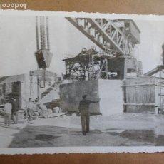 Fotografía antigua: FOTOGRAFIA BERMEO (VIZCAYA) TALLER DE BLOQUES OBRA, REFUERZO CON ESCOLLERA DEL ROMPEOLAS DEL PUERTO. Lote 99668119